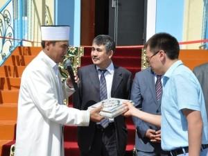 Муфтий дарит Коран Казахстан