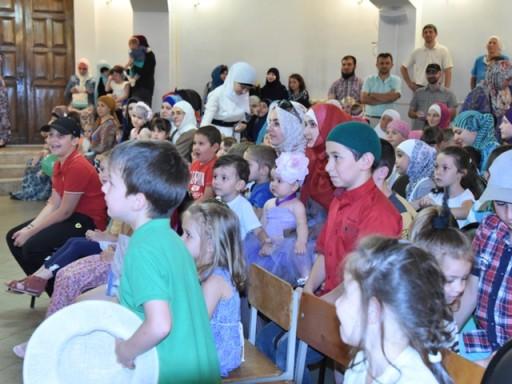 Игры детей в Соборной мечети г.Майкопа