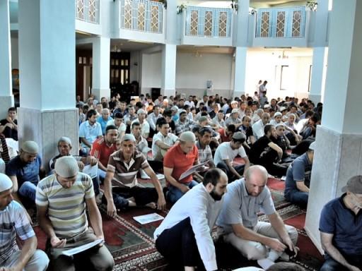 Прихожане Соборной мечети на праздничной проповеди