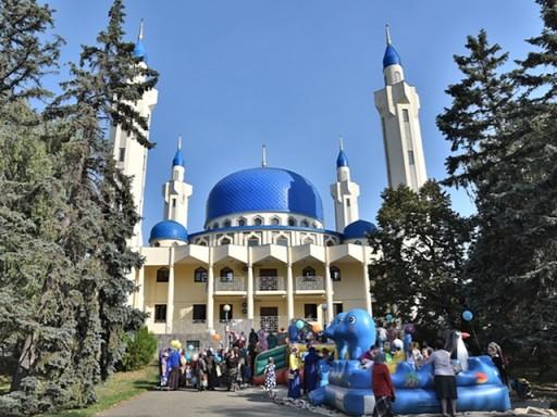 Дети на батутах возле Майкопской Соборной мечети