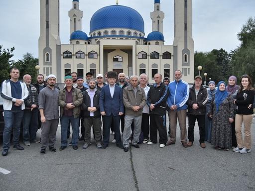 Паломники и провожающие около Майкопской Соборной мечети