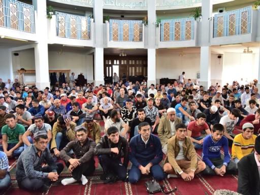 Прихожане Майкопской Соборной мечети на праздничной проповеди