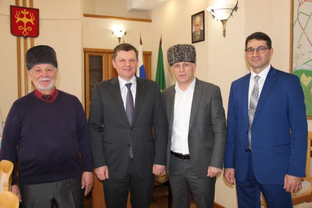 Муфтий А. Карданов и Председатель МРО х. Гавердовский Б. Абдулахов на встрече с Главой Майкопа А. Наролин