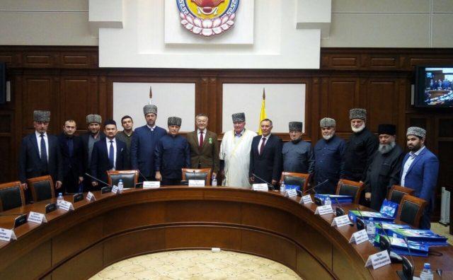 В Элисте состоялся Круглый стол на тему: «Укрепление межконфессиональных отношений в Республике Калмыкия»